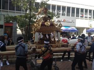 コピス前で休憩する八幡宮神輿