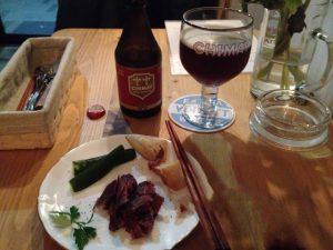 薫製肉(とてもオイシイ!)を含んだツマミ盛り合わせ。肉にはシメイレッドが合うと教えて下さいました