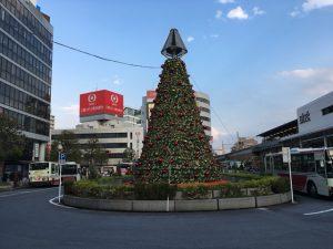 北口駅前広場のツリー2017年 赤い飾りが多めです