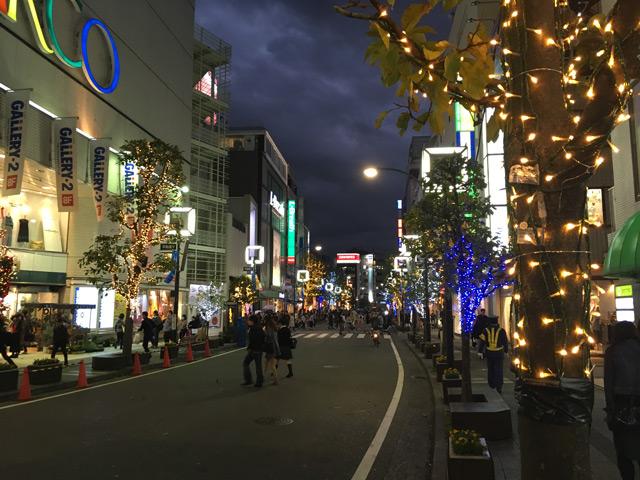 平和通り。まだクリスマスまで1ヶ月あることが信じられない